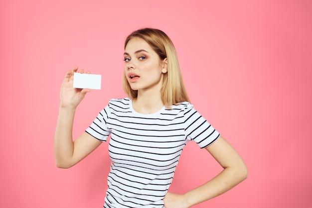 彼女の手に名刺を持つ女性は、縞模様のtシャツを分離しました