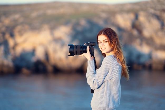 彼女の手にカメラを持つ女性プロの写真ロッキー山脈旅行