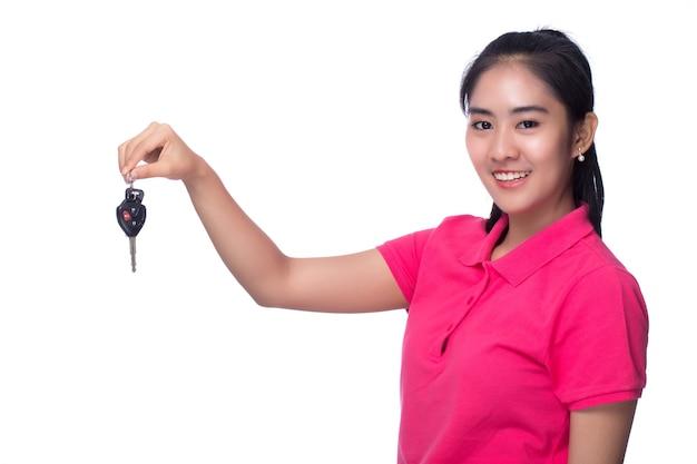 자동차 키를 가진 여자입니다. 흰색 배경에 고립.