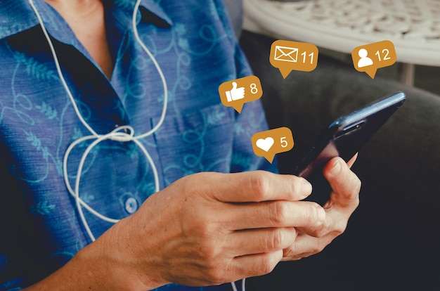 Женщина с сотовым телефоном печатает и болтает. концепция значков социальных сетей.