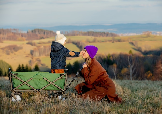 숲에서 마차에 아이와 여자