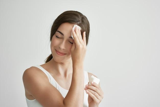 흰 티셔츠를 입고 감기에 걸린 여자 발열 건강 문제 약