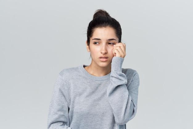Женщина с простудой вытирает лицо инфекцией аллергии носовым платком