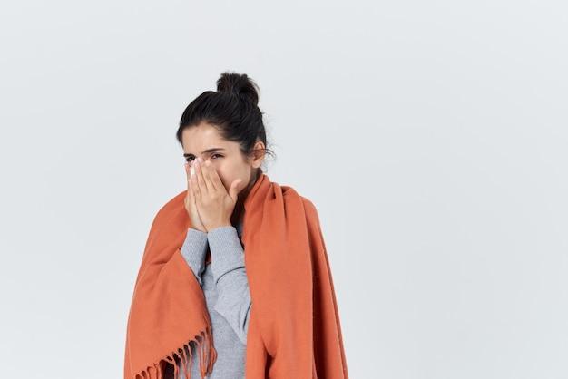 Простуда женщина вытирает нос платком от гриппа