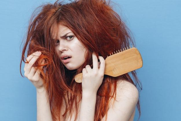 Женщина с расческой, непослушные волосы, секущиеся кончики