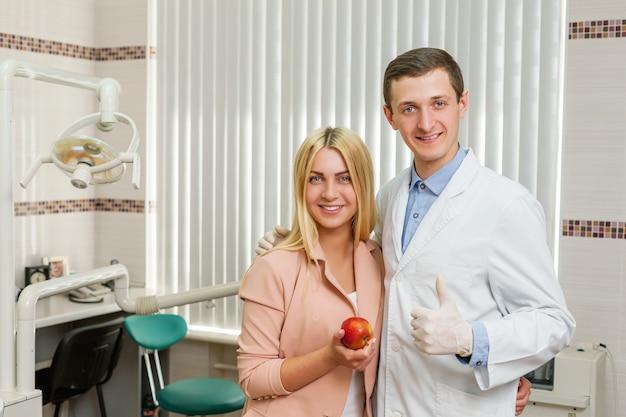 歯科医を持つ女性