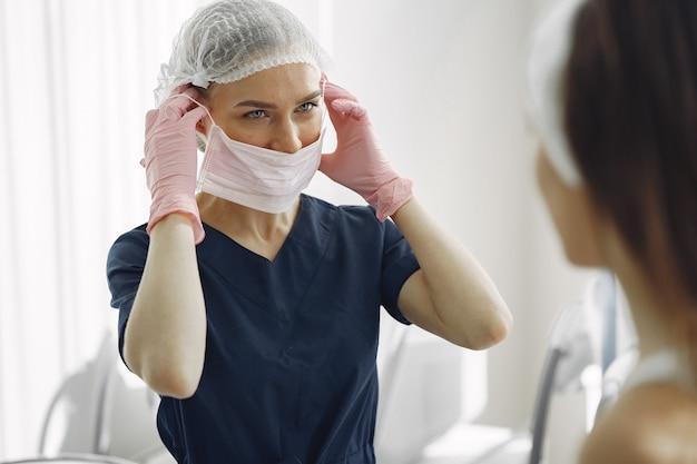 Женщина с врачом в косметологической студии