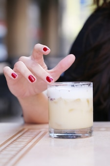 飲み物を持つ女性