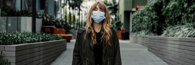 코로나바이러스 발생 중 공공 장소에서 얼굴 마스크를 쓴 여성