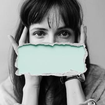 그녀의 입에 녹색 상자를 가진 여자