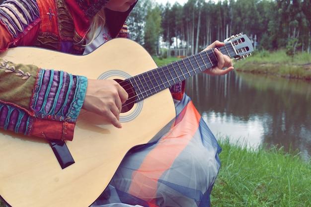 水でギターを持つ女性
