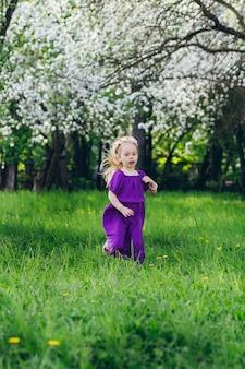 피 애플을 통해 걷는 작은 딸과 함께 여자