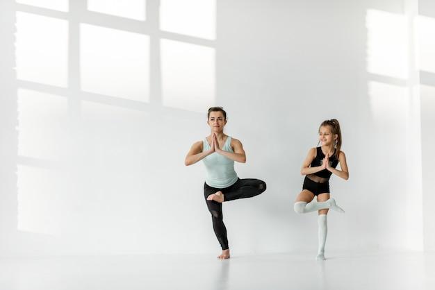 新体操トレーニング中の少女と女性
