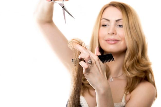 毛髪の房を持つ女