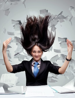 紙がたくさん飛ぶ女性
