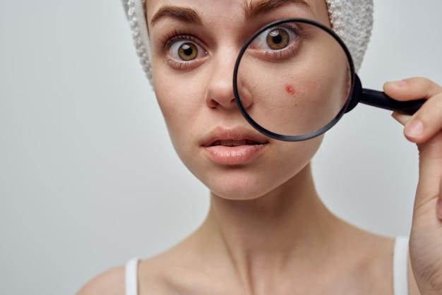 手美容スタジオで虫眼鏡を持つ女性