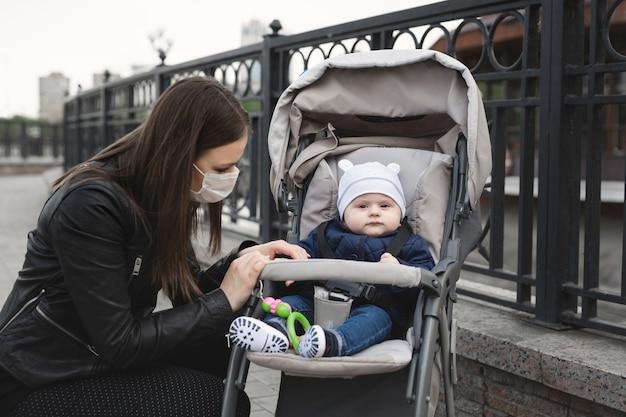 コロナウイルスから保護するために彼女の顔にマスクを持つ女性