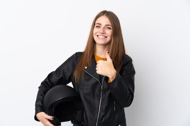 親指ジェスチャーを与えるオートバイのヘルメットを持つ女性