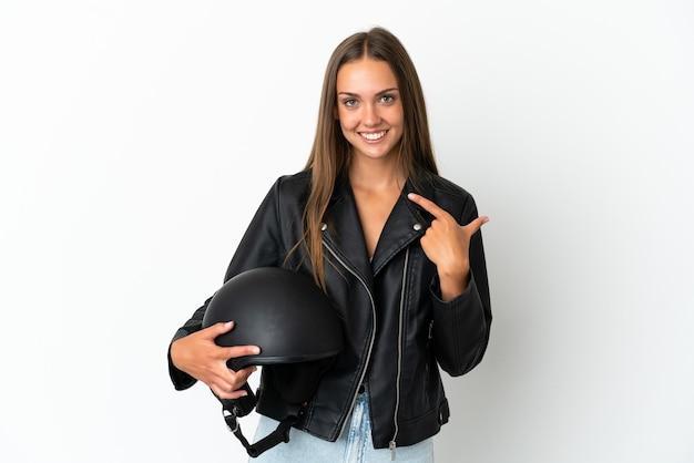 Женщина с мотоциклетным шлемом на изолированном белом фоне, показывая жест пальца вверх