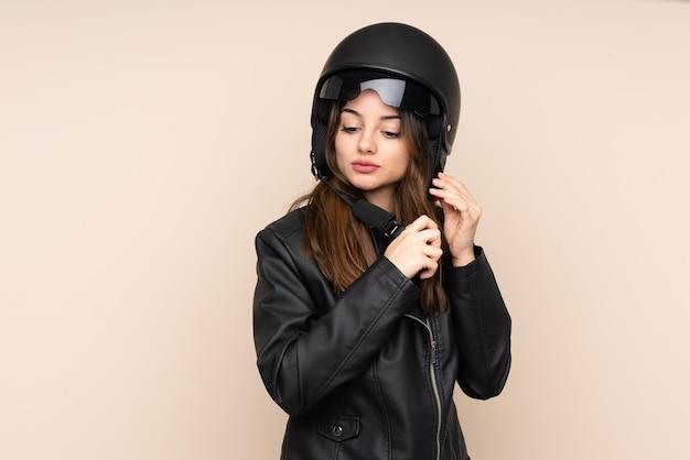 Женщина в мотоциклетном шлеме
