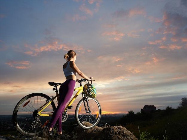 Женщина с горным велосипедом