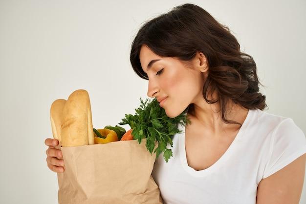 食料品のパッケージを持つ女性は健康的な食品を配達します。高品質の写真