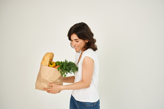 식료품 배달 건강 식품 패키지를 가진 여자