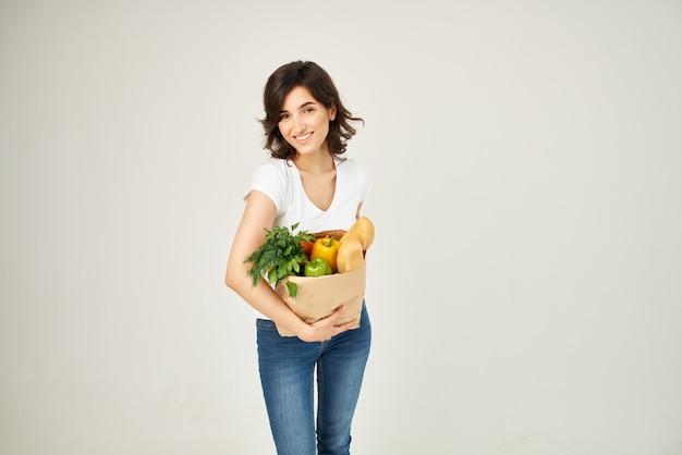 Женщина с пакетом продуктов собирается в супермаркет здоровой пищи