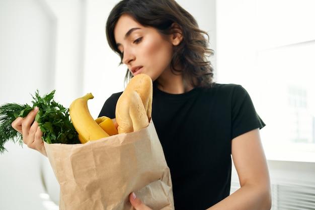 食料品のパッケージを持つ女性健康食品料理ショッピング