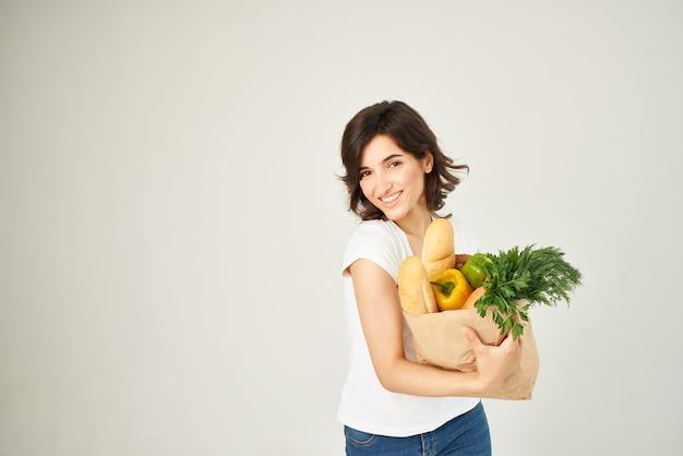 Женщина с пакетом продуктов, покупки здоровой пищи