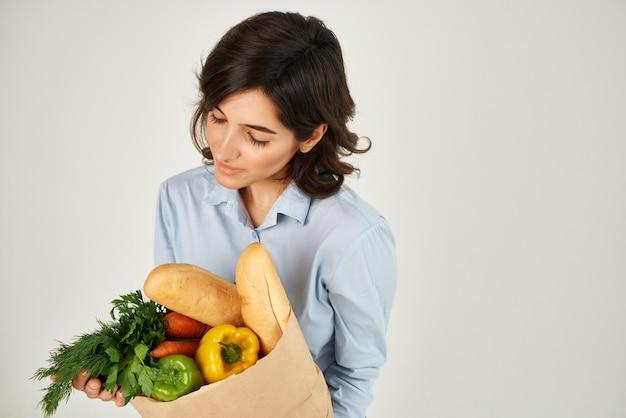 식료품을 든 여성 주부 배달 서비스