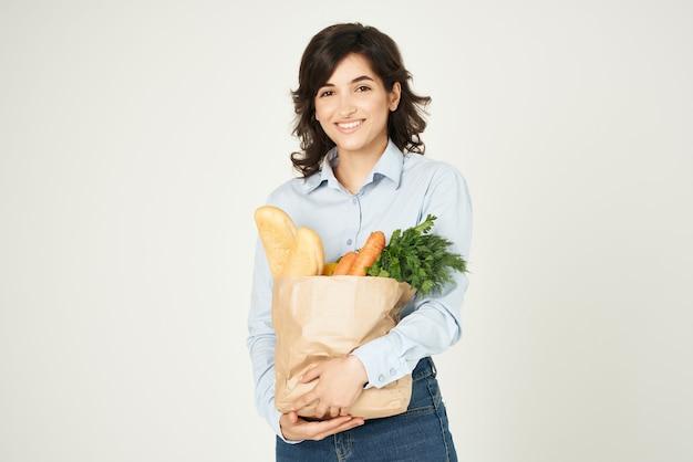 슈퍼마켓에서 쇼핑하는 식료품 주부 패키지를 가진 여자
