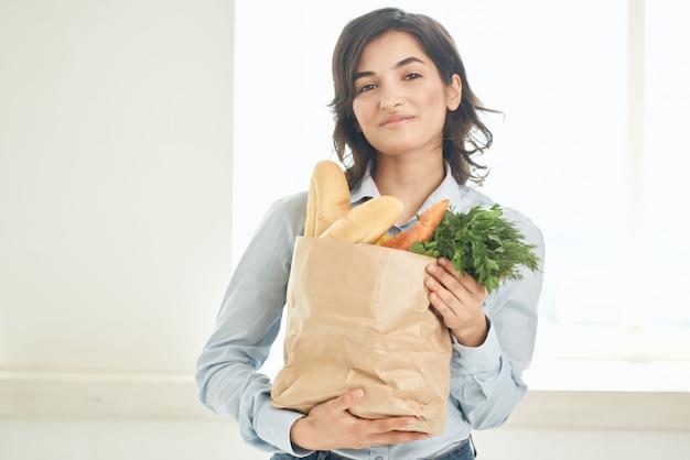 주방 주부 야채 건강 식품에 식료품 패키지를 가진 여자