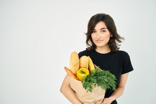 야채에 식료품 쇼핑 배달 패키지를 가진 여자