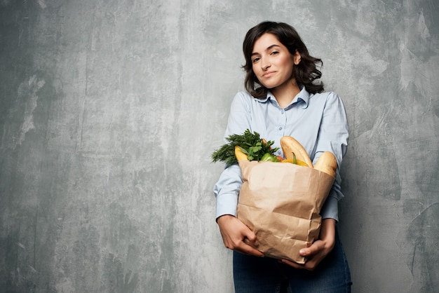 식료품 쇼핑 야채 패키지를 가진 여자