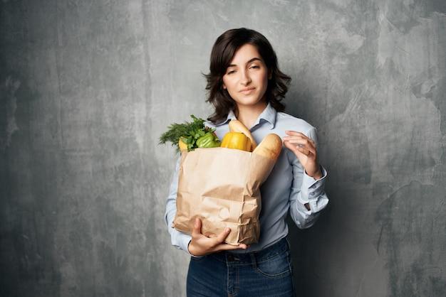 식료품 야채 건강 식품 스튜디오 슈퍼마켓 패키지를 가진 여자