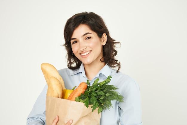 식료품 야채 슈퍼마켓 쇼핑 패키지를 가진 여자