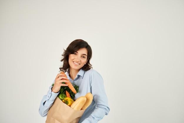 야채 슈퍼마켓 건강 식품에 당근 제품 패키지를 가진 여자
