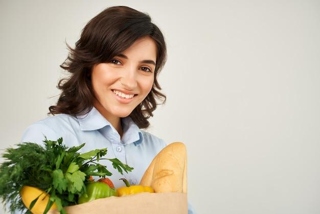 야채 식료품 슈퍼마켓 근접 촬영 패키지를 가진 여자