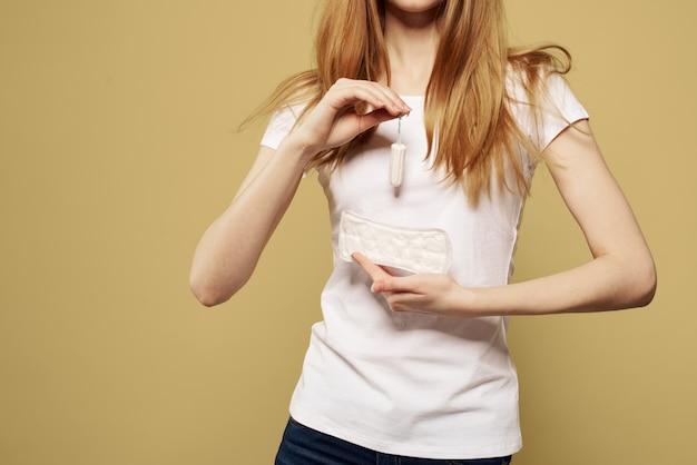 그녀의 손에 패드가있는 여성, 위생 패드 및 탐폰, 여성의 날