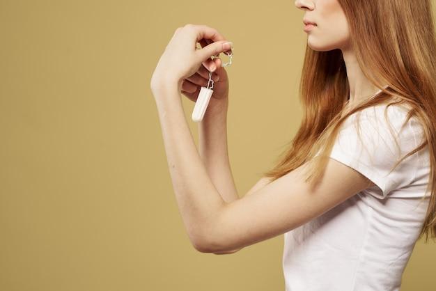 그녀의 손, 생리대 및 탐폰에 패드를 가진 여성, 여성의 날