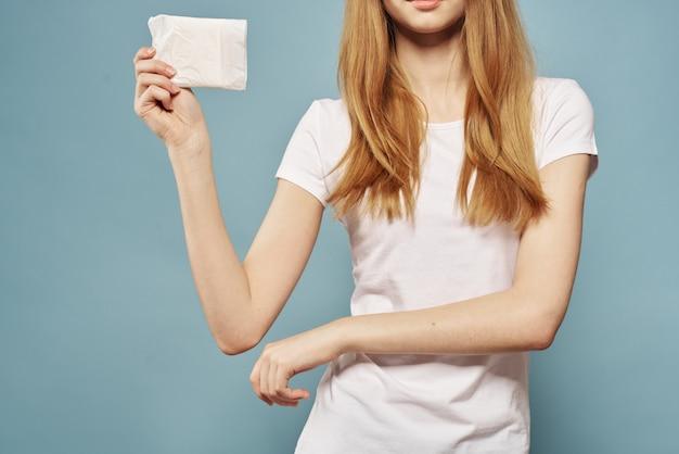 パッドを手に持つ女性、生理用ナプキン、タンポン、女性の日