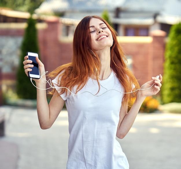 音楽を聴く携帯電話を持つ女性