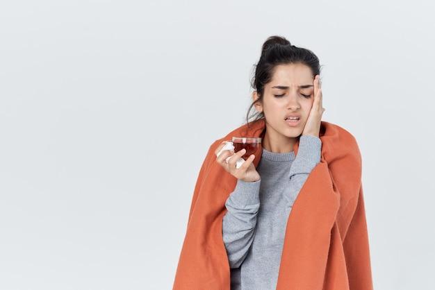 Женщина с пледом на плечах проблемы со здоровьем грипп, простуда