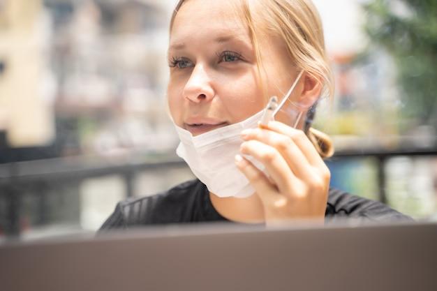 Женщина с защитной маской накинулась на лицо во время курения