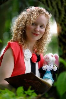 숲에서 토끼를 안고 거울을 보는 여자, 이상한 나라의 앨리스