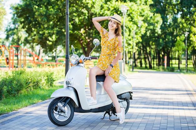 Женщина с ретро-скутером