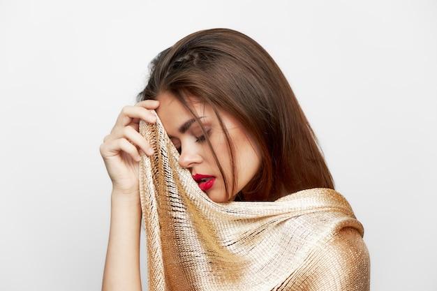 スカーフ目を持つ女性は豪華なモデルの赤い唇を閉じた
