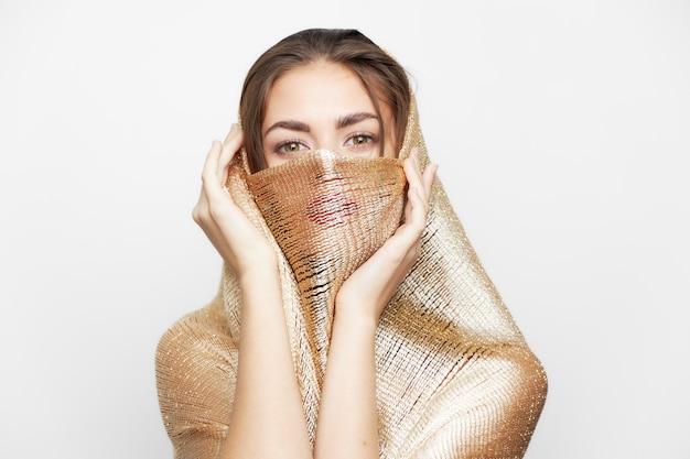 スカーフを持つ女性宗教と民族性が顔を覆うファッショナブルなスタイルの孤立した光の空間