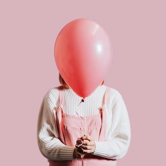 単一の風船を持つ女性